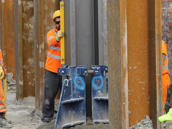 Ensuring the correct positioning of a steel column in a king post wall